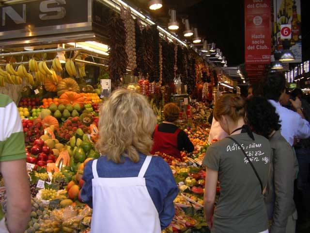 Многие фрукты совсем незнакомы. Но выглядит всё очень аппетитно. Тут же можно перекусит, не отходя от прилавков, так многие местные и поступают. Ощущение, как будто это не совсем рынок, а большая таверна. Кушают, беседуют, смотрят ТВ.