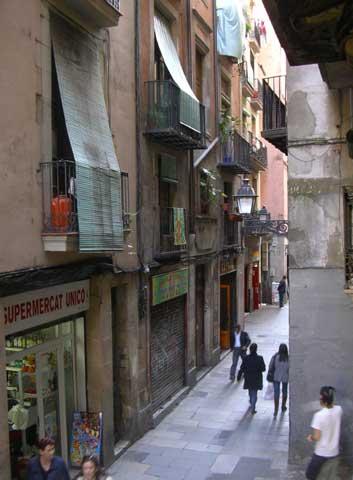 Район Барри Готик. Внизу магазинчики, кафе. Город никогда не спит.