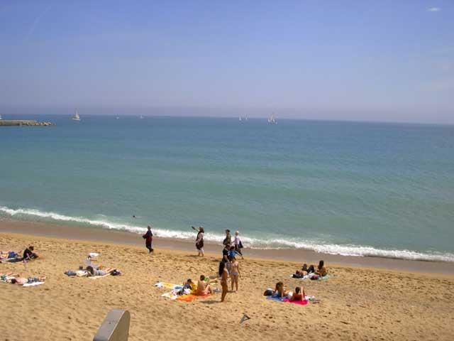 Пару шагов в сторону, и начинаются пляжи. Море, как ни странно, в черте города очень чистое, видно шныряющих рыб.