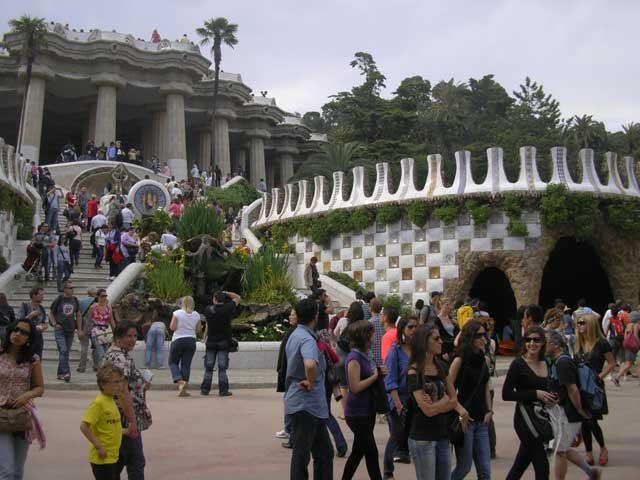 Вход бесплатный, огромное количество народу. Фантазия Гауди впечатляет, хоть и видел многократно на фото.