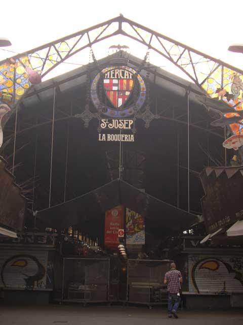 Главный вход на рынок Ла Бокериа, знаменитый во всей Европе